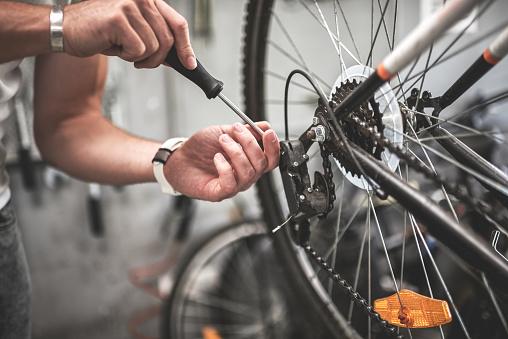 Hombre revisa su bicicleta